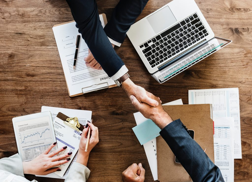 close-up zakenmensen die elkaar de hand schudden