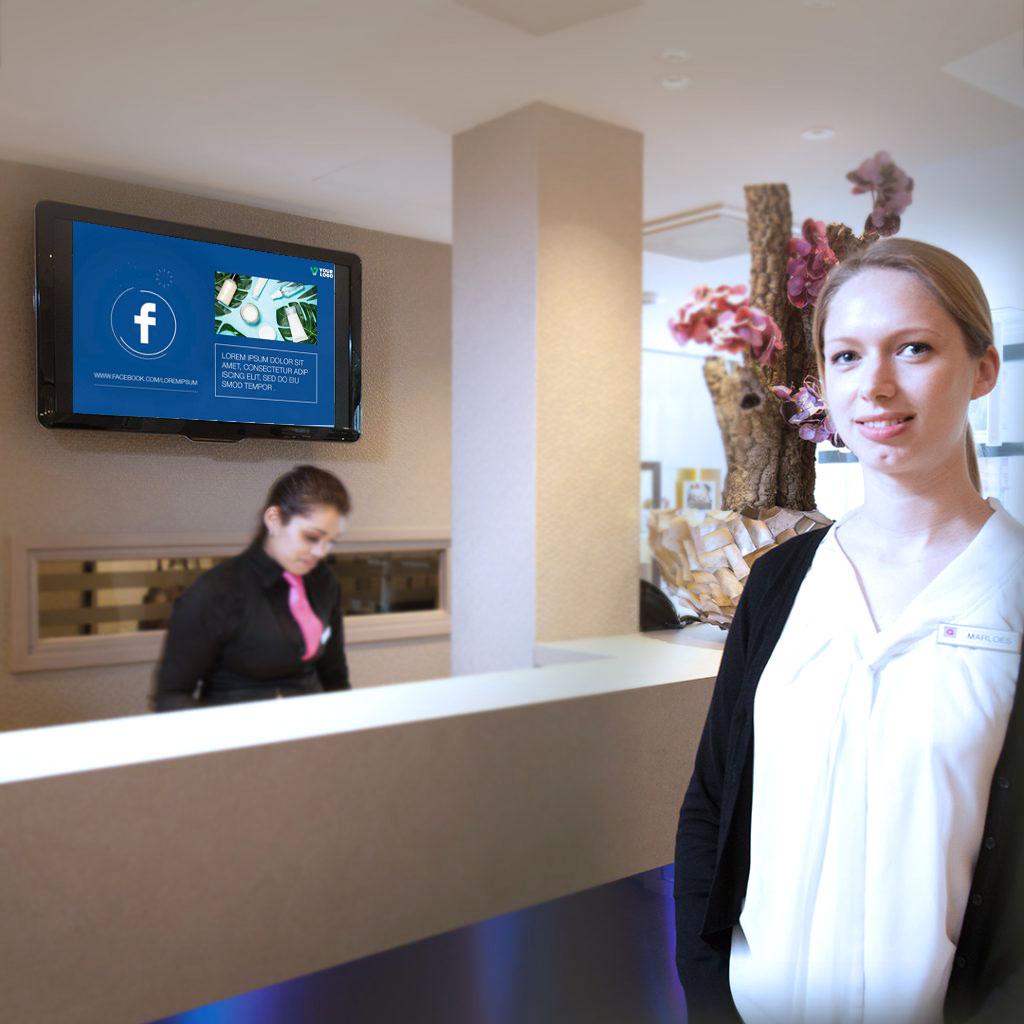 Recepción de hotel con una pantalla digital